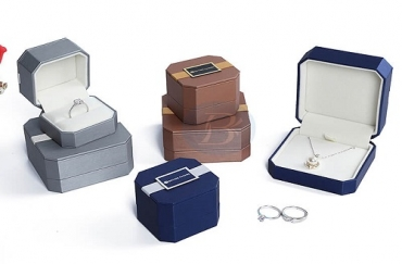 What is the minimum order for custom jewelry boxes?